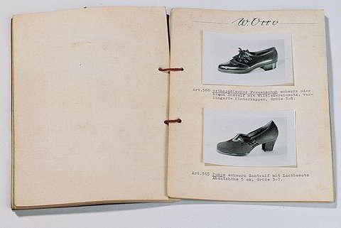 Der erste OTTO Katalog (1950): Der erste Otto Katalog erscheint 1950 in 300 handgebundenen Exemplaren mit eingeklebten Fotos und mit einer Kordel gebunden. Auf 14 Seiten werden 28 Paar Schuhe präsentiert. Quelle: Ottogroup.com