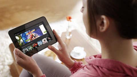 Amazon Instant Video: Frau mit Kindle Quelle: http://amazon-presse.de/fileadmin/user_upload/images/Presse/Amazon_Instant_Video/140221_AIV_Frau_mit_Kindle.png