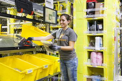 Amazon Fulfillment Center: Employee picking. Quelle: Amazon.com