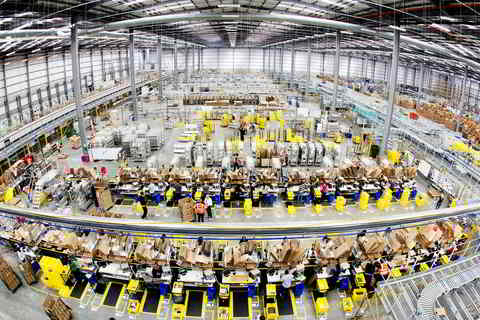 Lagerbestand. Amazon erinnert an Nachfeiertagszeit-Effekt. Innenansicht Amazon Hemel Hempstead, Quelle: http://media.corporate-ir.net/media_files/IROL/25/251199/images/Interior%20of%20Amazon%20Hemel%20Hempstead.jpg